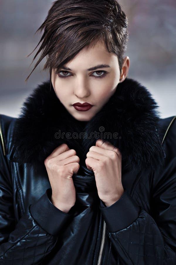 Mulher à moda no revestimento de couro imagens de stock