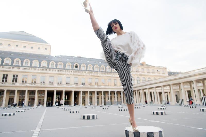 Mulher à moda nova nas calças com separação na rua em Paris, França imagens de stock