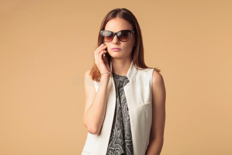 Mulher à moda nova no fundo marrom fotos de stock royalty free