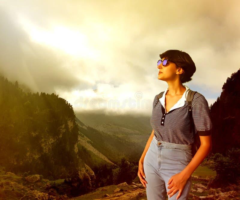 Mulher à moda nova nos óculos de sol nas montanhas imagens de stock royalty free
