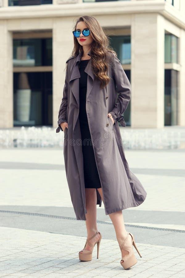 Mulher à moda que anda na cidade foto de stock royalty free