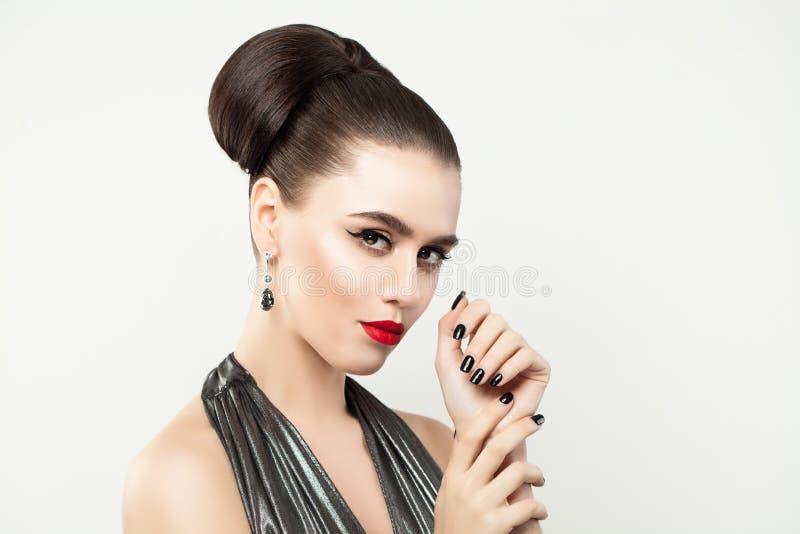Mulher à moda que mostra as mãos com pregos do tratamento de mãos foto de stock