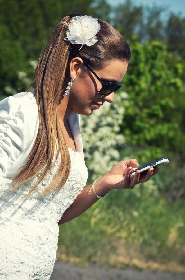 A mulher à moda toma uma chamada foto de stock royalty free