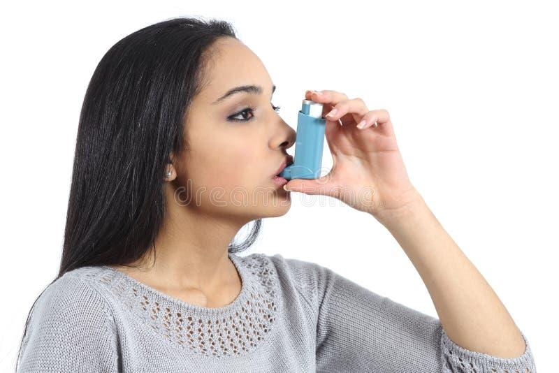 Mulher árabe asmática que respira de um inalador imagem de stock royalty free