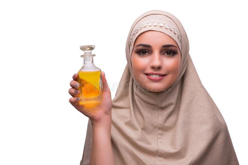 A mulher árabe com a garrafa do perfume isolada no branco fotos de stock royalty free