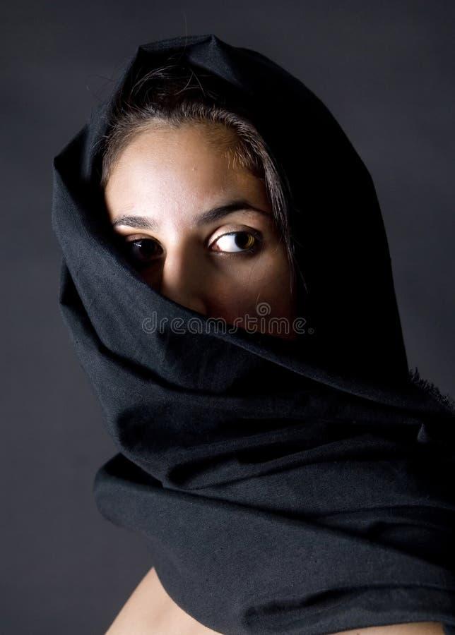 Mulher árabe com vell preto fotos de stock royalty free