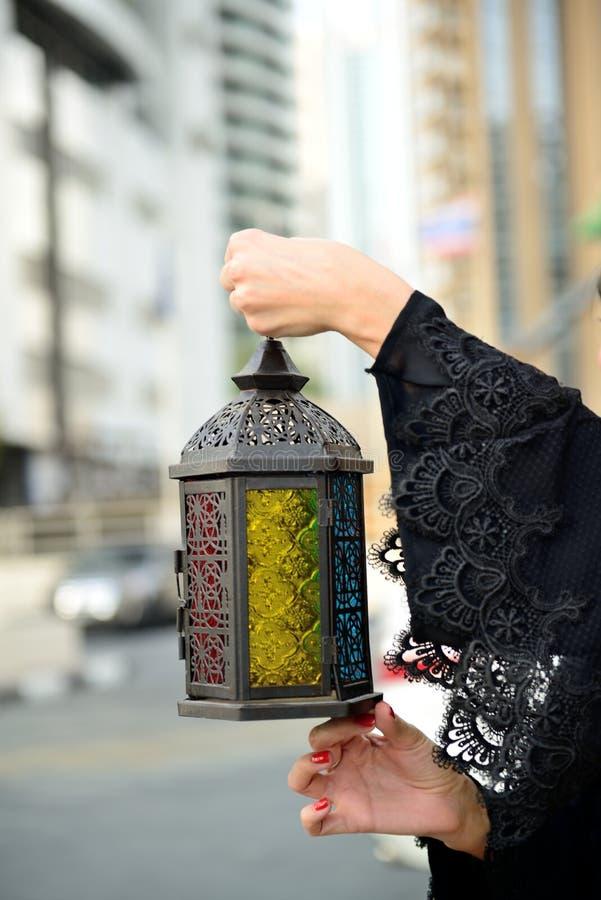 Mulher árabe de Emarati que guarda a lanterna da ramadã fotografia de stock