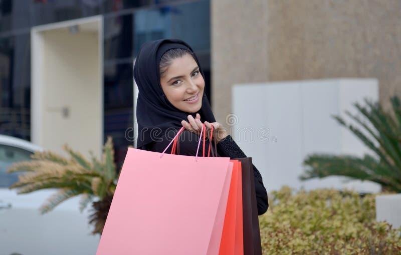 Mulher árabe de Emarati que sai da compra imagens de stock royalty free