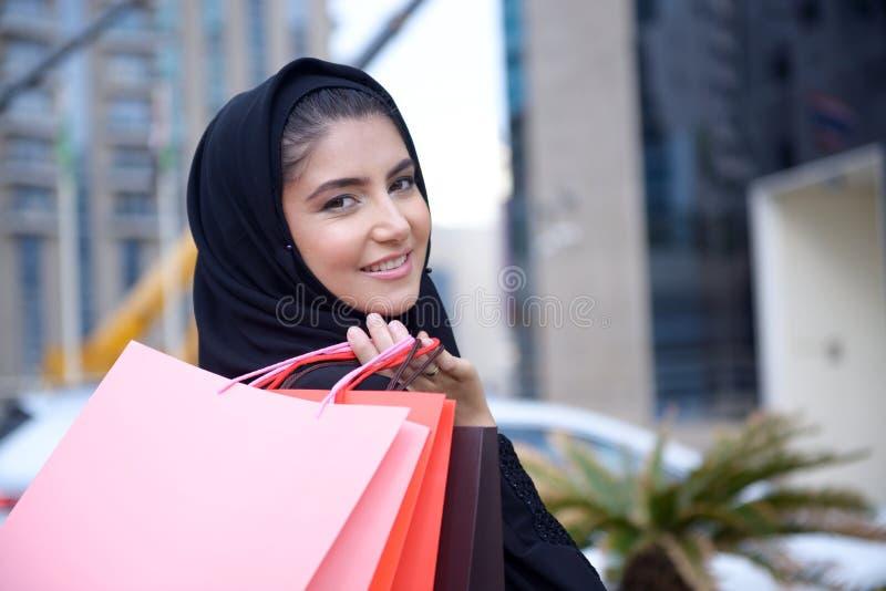 Mulher árabe de Emarati que sai da compra foto de stock