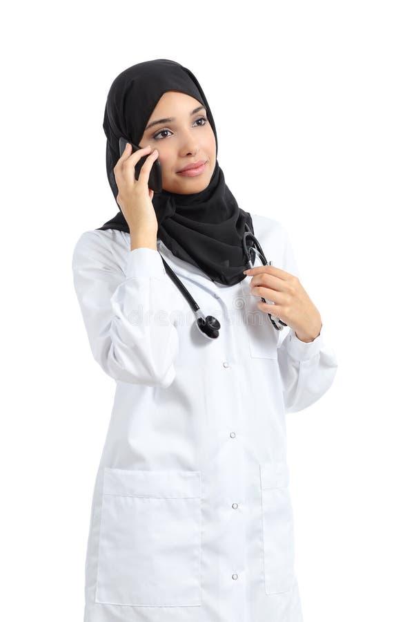 Mulher árabe do doutor que fala no telefone esperto fotos de stock