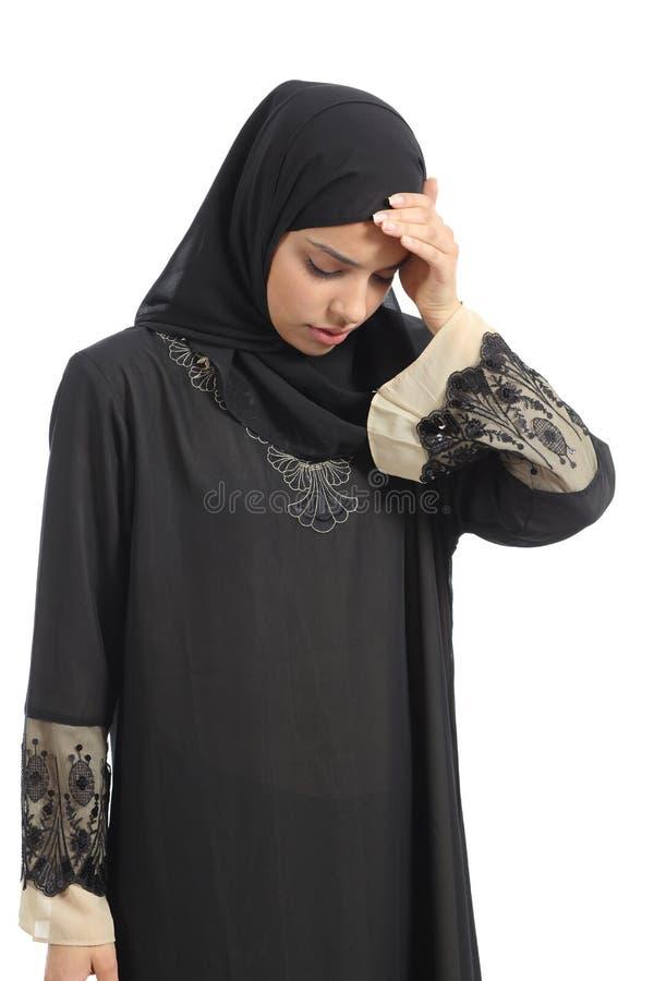 Mulher árabe dos emirados do saudita com dor principal fotos de stock