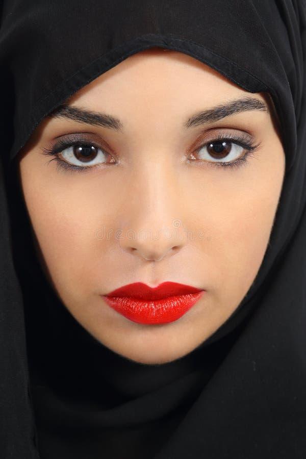 A mulher árabe dos emirados do saudita com os bordos vermelhos gordos compõe foto de stock