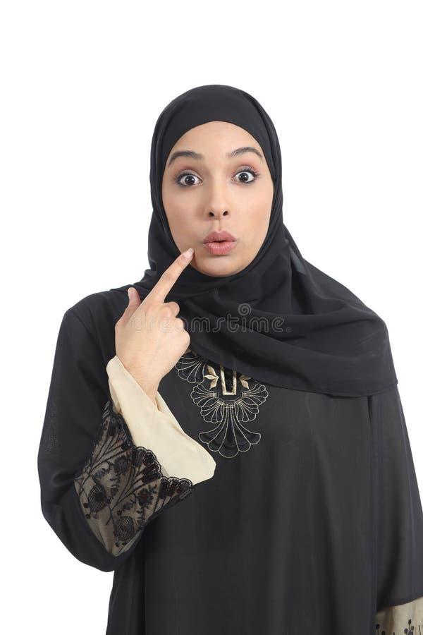 Mulher árabe dos emirados do saudita que gesticula oops fotos de stock royalty free