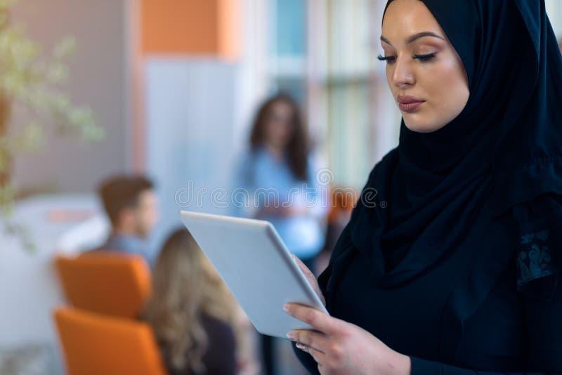 Mulher árabe moderna com tablet computer foto de stock royalty free