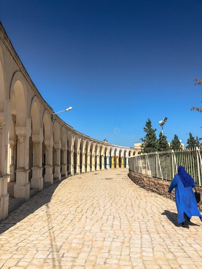 A mulher árabe no vestido azul vai ao Colosseum foto de stock