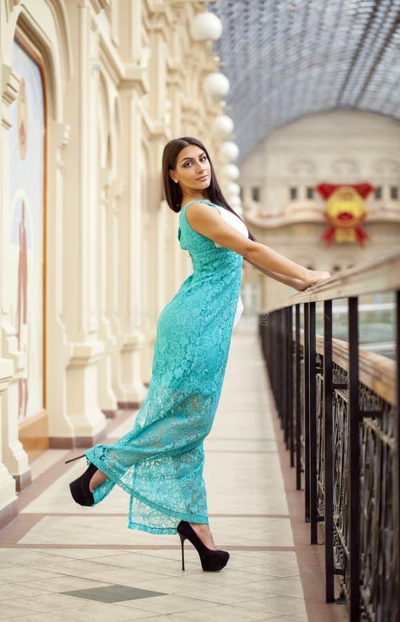 Mulher árabe nova no vestido do verde longo na loja imagem de stock