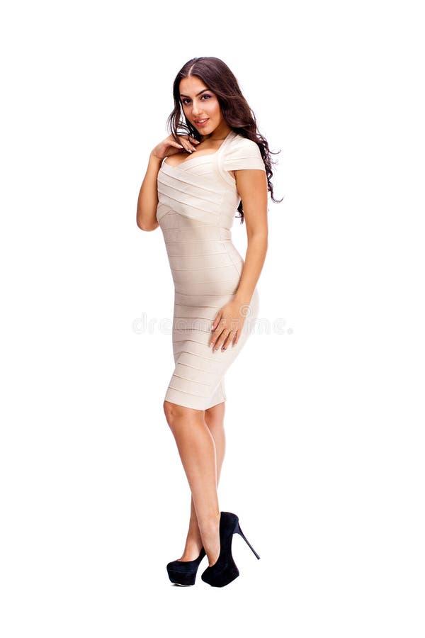 Mulher árabe nova no vestido 'sexy' bege imagem de stock