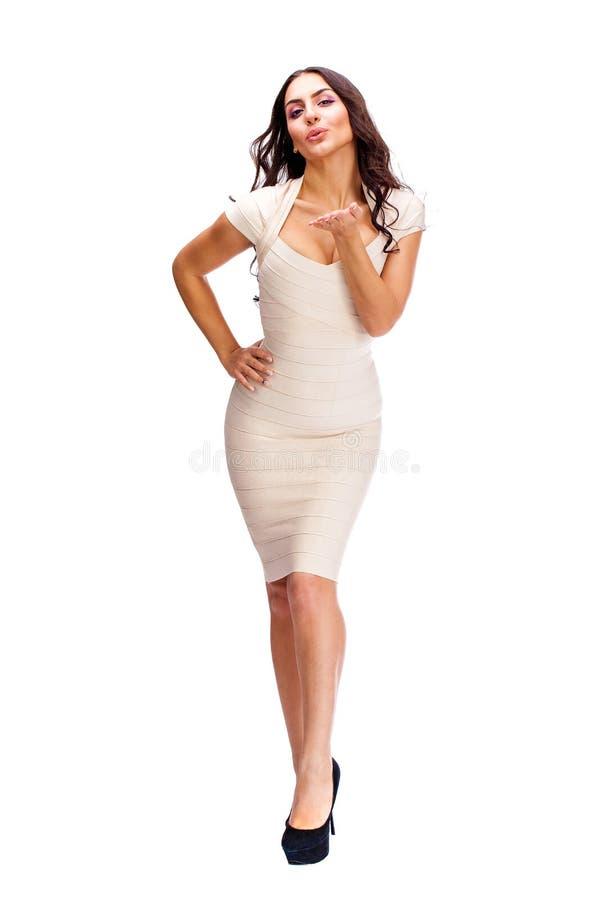 Mulher árabe nova no vestido 'sexy' bege fotografia de stock