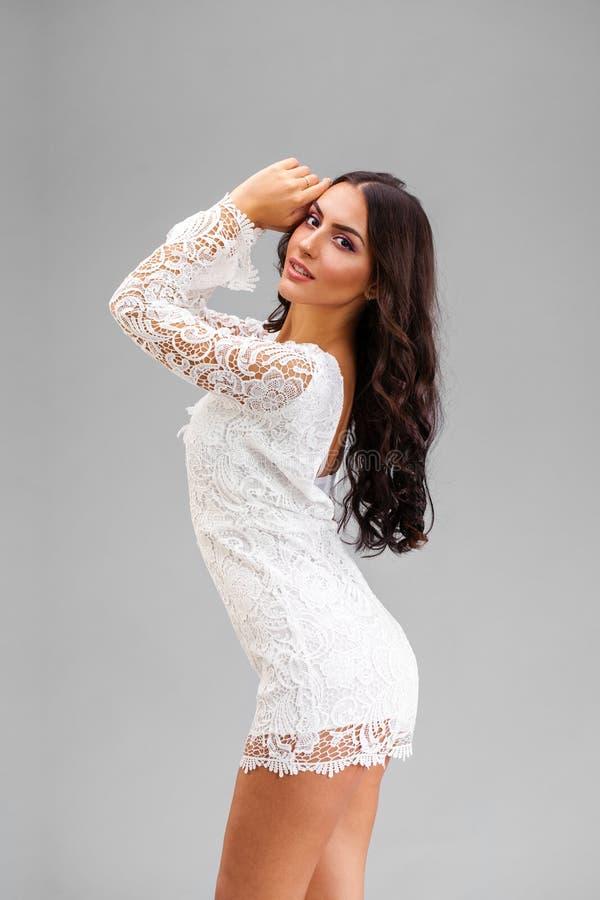 Mulher árabe nova no vestido 'sexy' branco fotos de stock royalty free