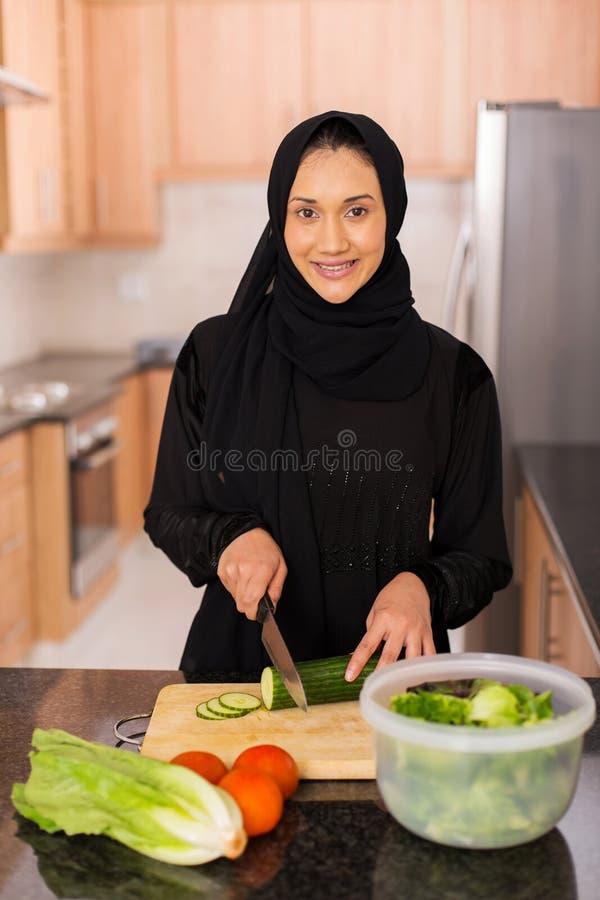 Mulher árabe que cozinha o jantar imagens de stock