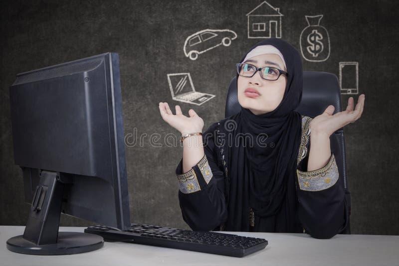 Mulher árabe que duvida seu sonho fotos de stock
