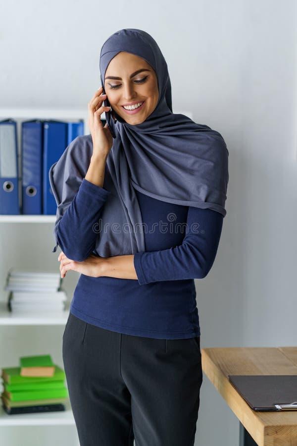 Mulher árabe que fala no telefone fotografia de stock