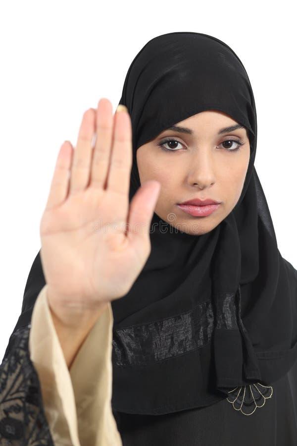 Mulher árabe que faz o gesto da parada com sua mão imagens de stock royalty free