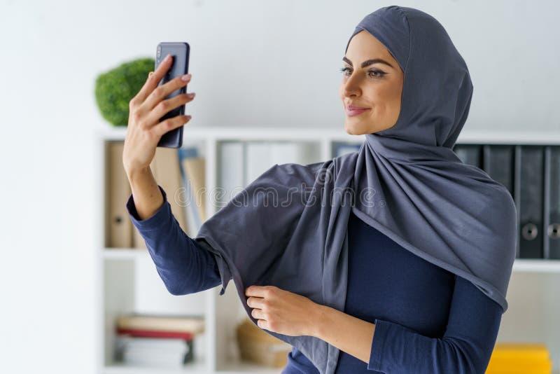 Mulher árabe que toma um selfie fotografia de stock royalty free