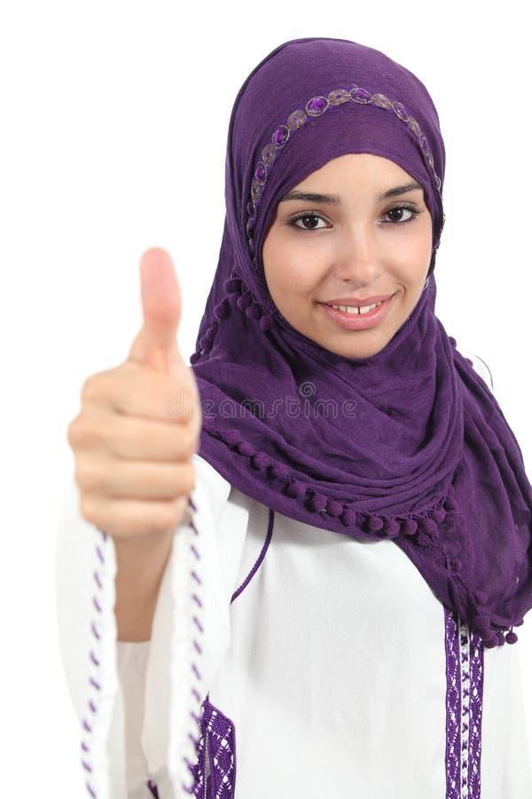 Mulher árabe que veste um hijab com polegar acima imagem de stock