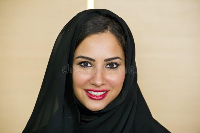 Mulher árabe segura bonita imagem de stock royalty free