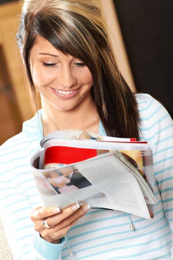 A mulher é de sorriso e de relaxamento imagens de stock royalty free