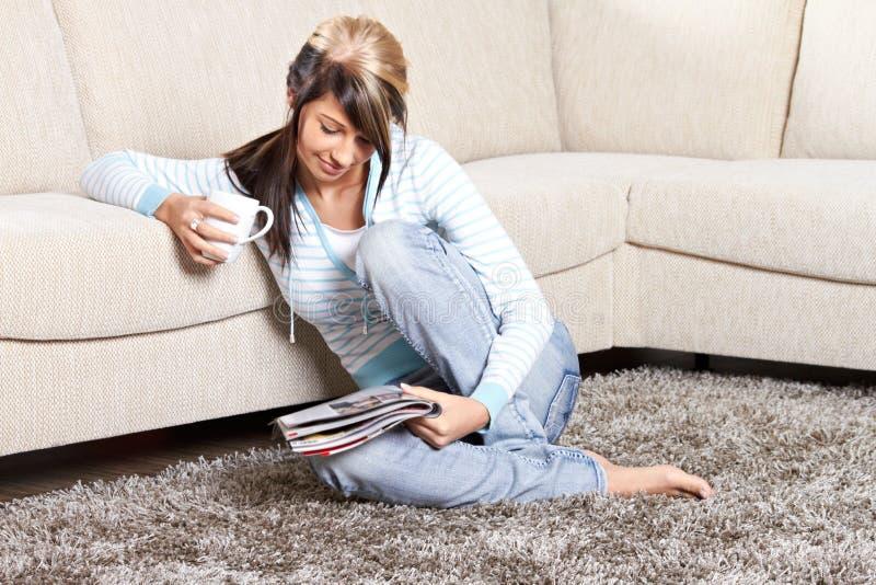 A mulher é de sorriso e de relaxamento fotografia de stock