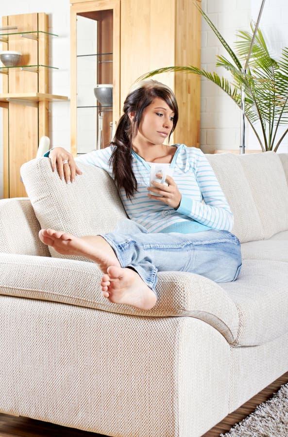 A mulher é de sorriso e de relaxamento fotografia de stock royalty free