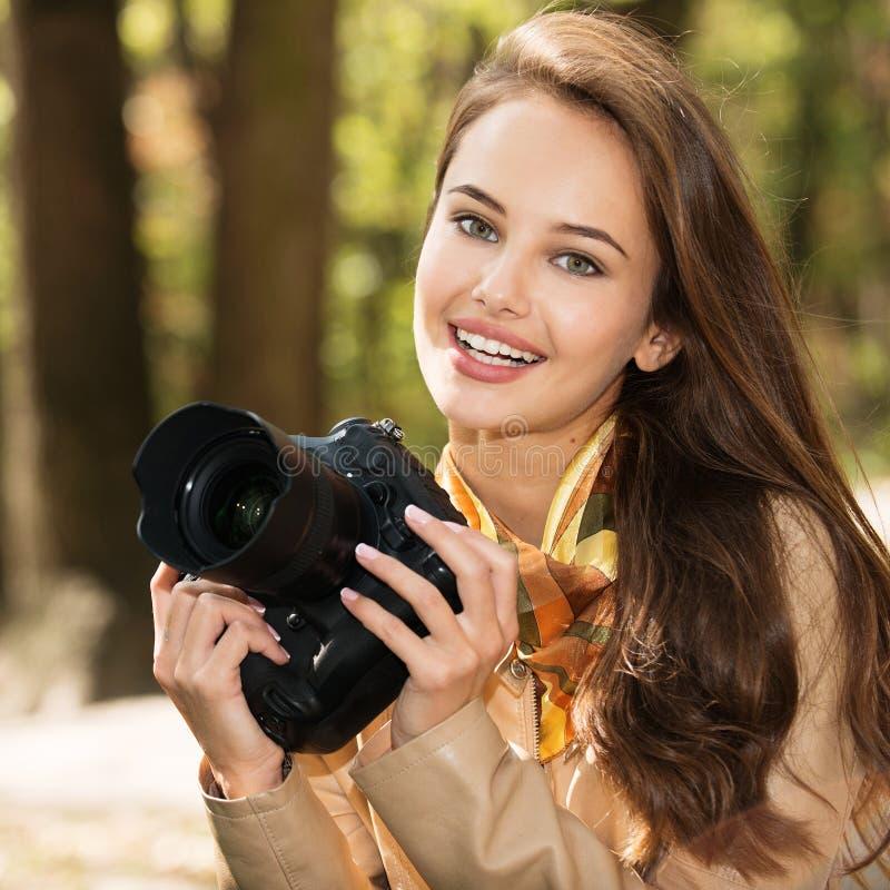A mulher é um fotógrafo profissional com câmera da foto imagens de stock