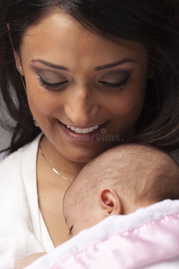 Mulher étnica atrativa com seu bebê recém-nascido imagem de stock