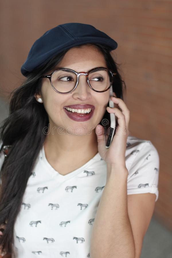 Mulher étnica lindo que chama pelo telefone imagens de stock royalty free