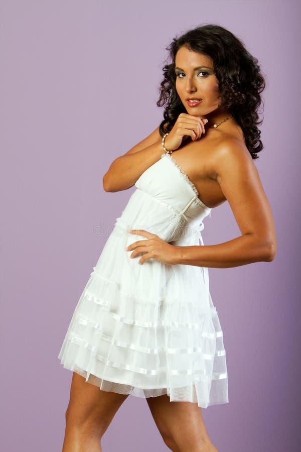 Mulher étnica nova com o vestido branco bonito fotografia de stock