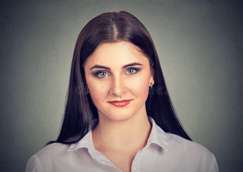 Mulher étnica ocasional bonita que olha a câmera foto de stock royalty free