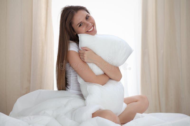 A mulher abraça o descanso após acorda, incorporando um dia feliz e relaxado após a boa noite de sono Sonhos doces, bom dia fotos de stock royalty free