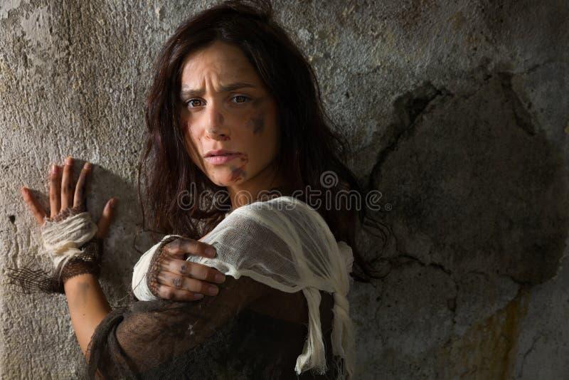 Mulher abusada na escuridão foto de stock