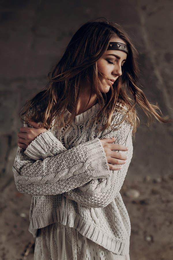 Mulher aciganada do moderno à moda que levanta na camiseta feita malha atmosfera foto de stock