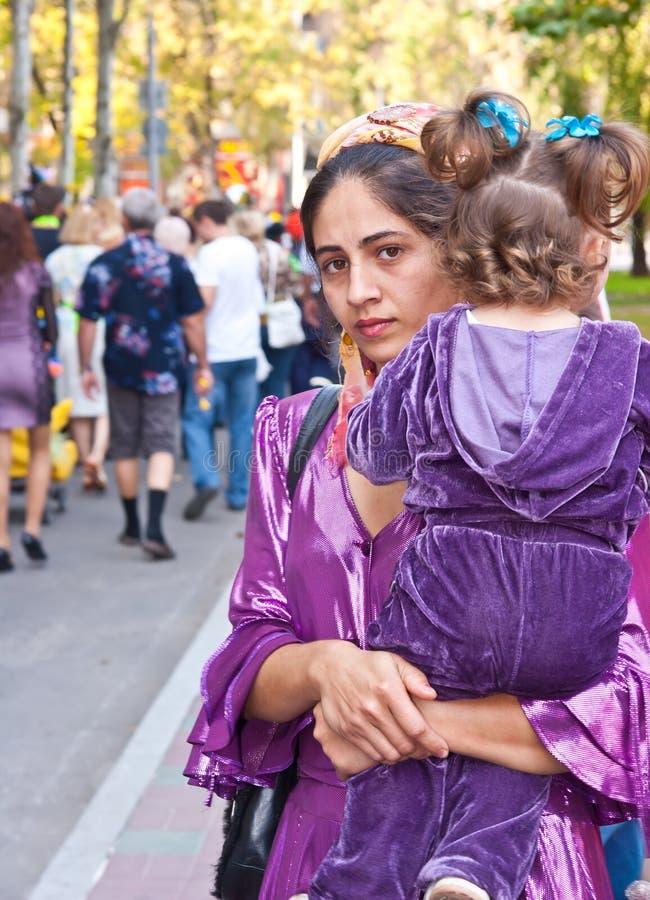 Mulher aciganada e sua filha foto de stock royalty free