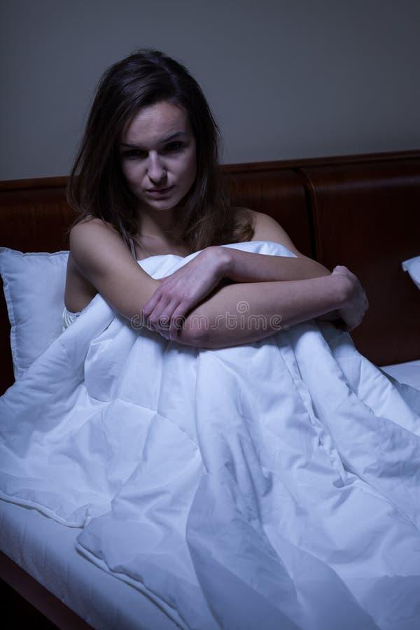 Mulher acordada em sua cama fotografia de stock royalty free
