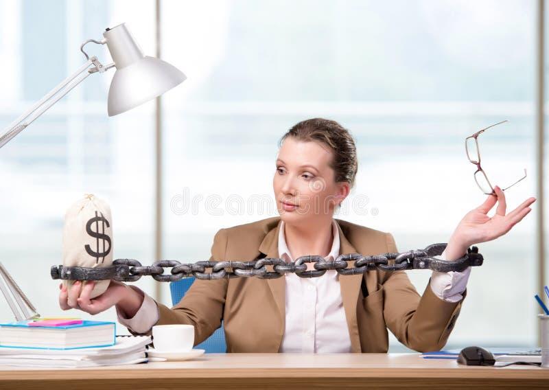 A mulher acorrentada a sua mesa de trabalho fotos de stock royalty free