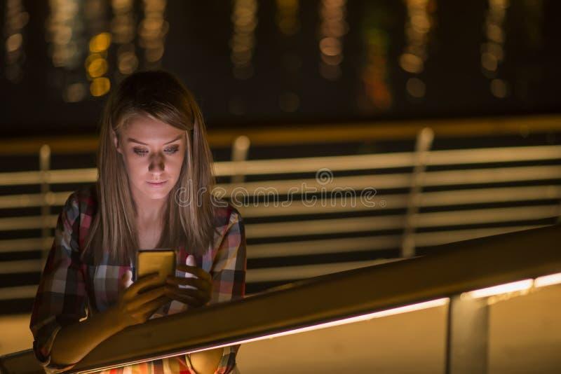 Mulher adolescente infeliz nova do retrato do close up, falando no telefone celular foto de stock