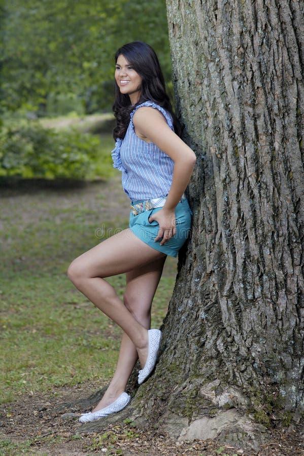 Mulher adolescente no parque fotografia de stock royalty free