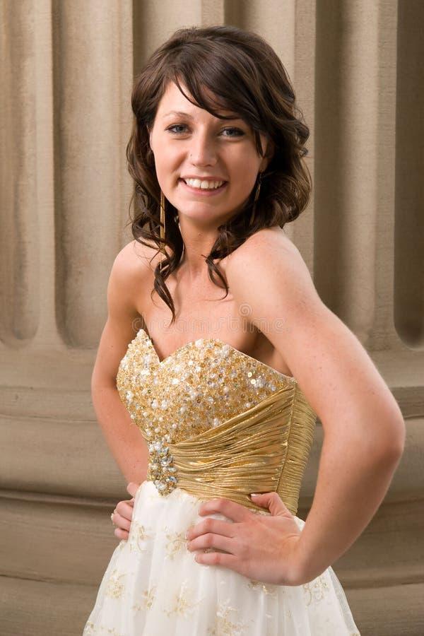 Mulher adolescente no vestido da graduação foto de stock royalty free