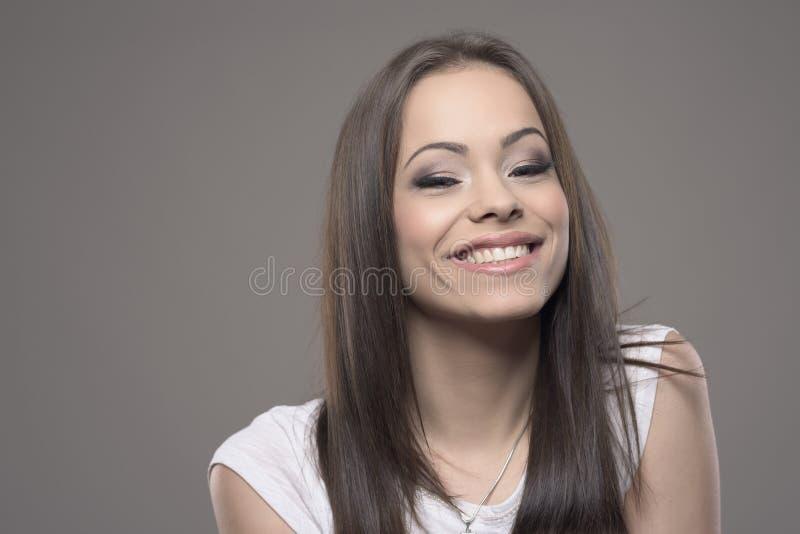 Mulher adolescente nova de encantamento bonito que sorri na câmera com copyspace imagens de stock royalty free