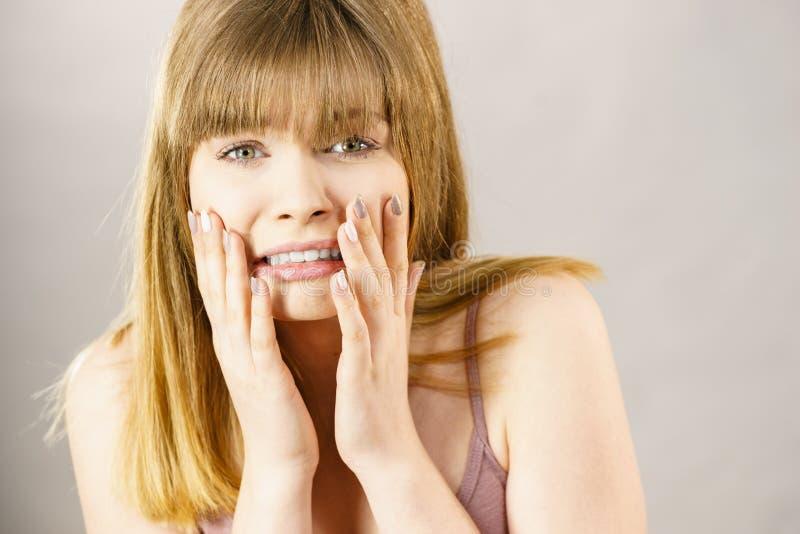 Mulher adolescente que é assustado imagem de stock
