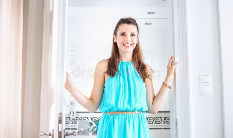 Mulher adorável em seu banheiro brilhante foto de stock